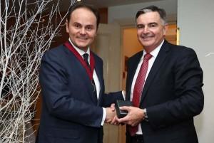 Matteo-Lunelli-Presidente-IWSC-assaggio-di-consegne-Neil-McGuigan