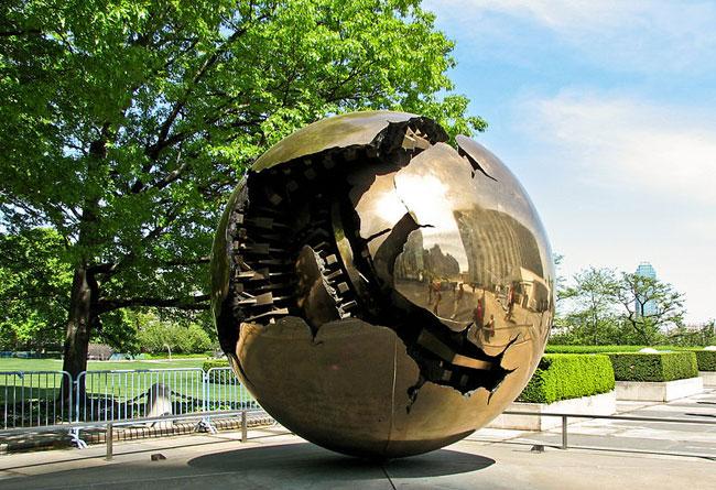 Milano-Pomodoro-opera-a-New_York_City_United_Nations