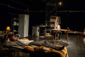 Straniero, dal Teatro la voce della solitudine