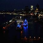 Vista notturna sul porto di Amburgo