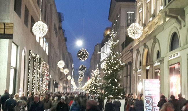 Milano Decorazioni Natalizie.Shopping Di Natale Al Quadrilatero Della Moda Viacialdini