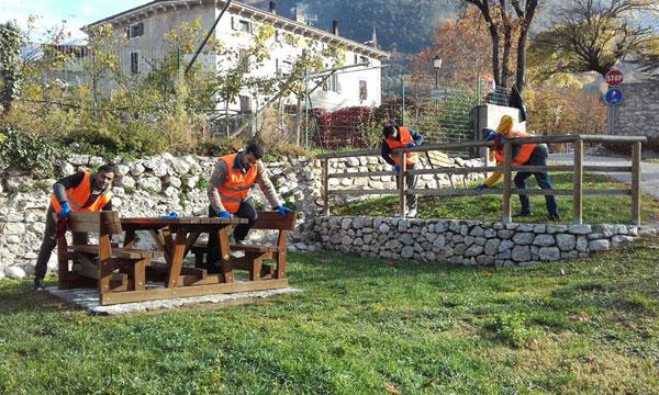 Volontari e migranti per la ciclabile di Ala