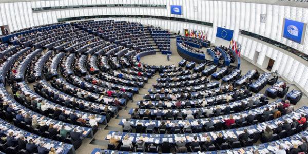 Parlamento europeo, Eurobarometro, sale la fiducia