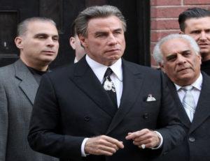 John Travolta nel film Gotti con gli abiti di Perin