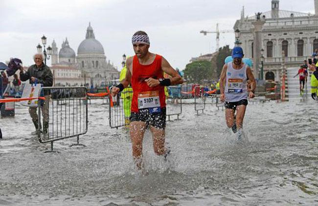 Maratona di Venezia con l'acqua