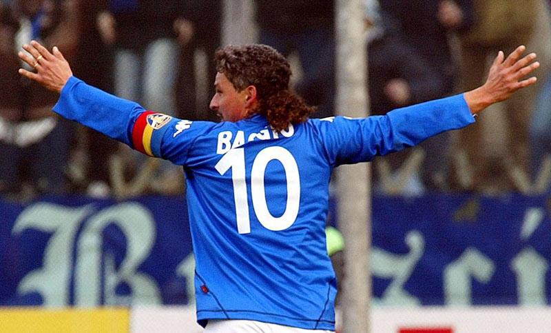 Luca, l'abbraccio con il campione Roberto Baggio