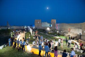 Calici di Stelle. L'enoturismo riparte con il più grande evento dell'estate dedicato al vino e al piacere di stare insieme, organizzato da Movimento Turismo del Vino e Città del Vino.