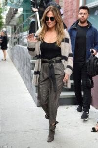 Jennifer Lopez, sexy tubino e cardigan cozy